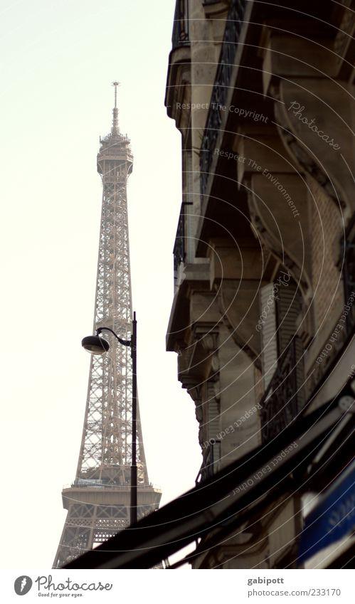 et voilà ... Stadt Wand Architektur Mauer Gebäude Fassade Turm Bauwerk fantastisch Paris Laterne Lebensfreude Wahrzeichen Sehenswürdigkeit innovativ Bekanntheit