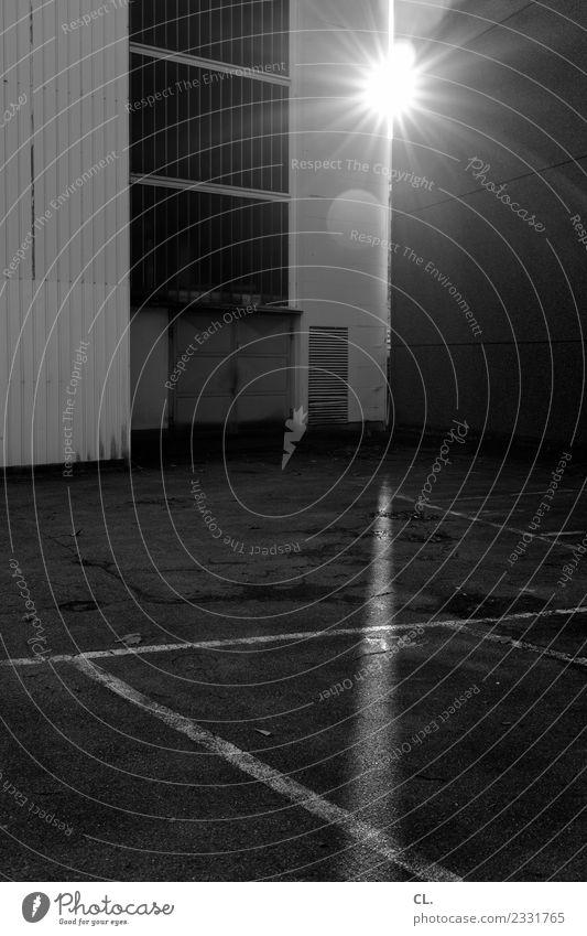 here comes the sun Stadt Sonne dunkel Religion & Glaube Wand Gebäude Mauer Fassade Tür trist Perspektive Platz Zukunft Schönes Wetter Wandel & Veränderung