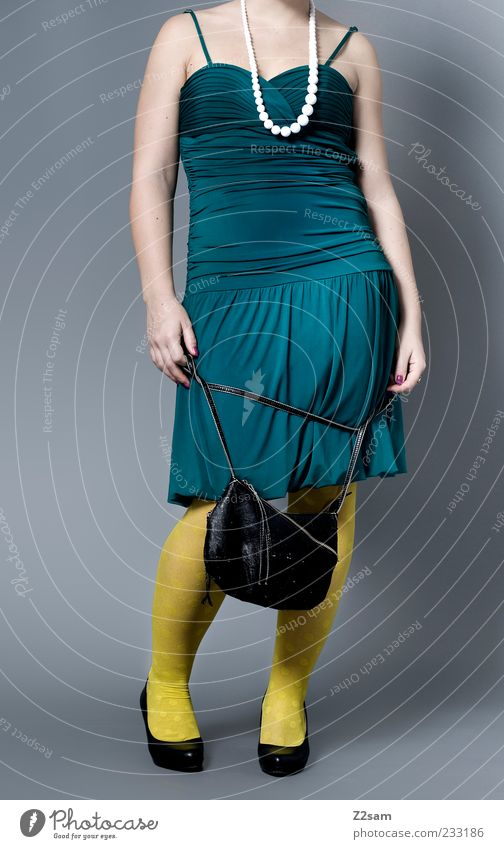 DIESES MODEL GEHÖRT ZU MIR Lifestyle elegant Stil Design feminin Junge Frau Jugendliche 18-30 Jahre Erwachsene Mode Bekleidung Kleid Strumpfhose Accessoire