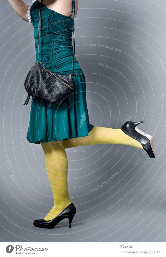 DIESES MODEL GEHÖRT ZU MIR Lifestyle elegant Stil feminin Junge Frau Jugendliche 18-30 Jahre Erwachsene Mode Bekleidung Kleid Strumpfhose Accessoire Tasche
