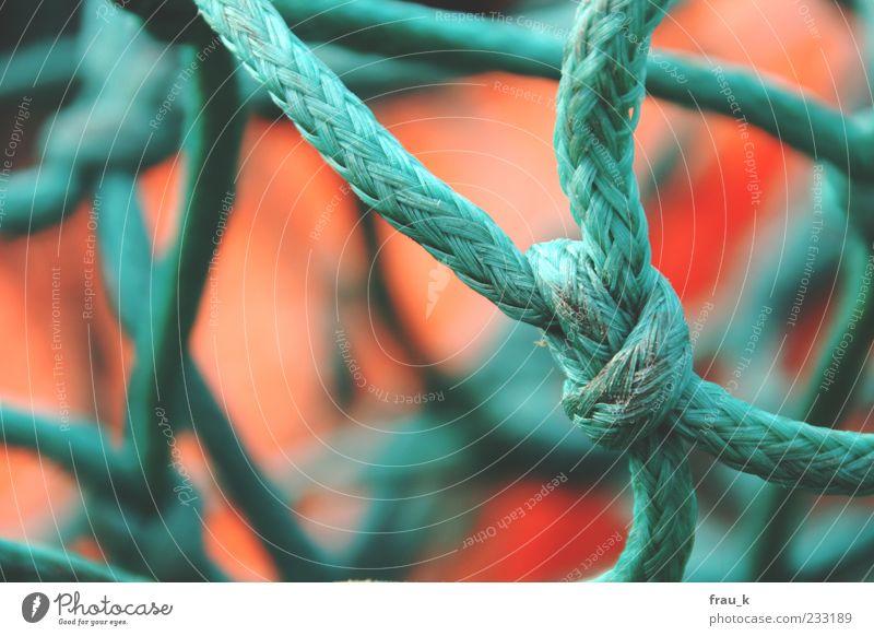 Seemannsgarn Fischernetz Knoten Netz alt grün rot Außenaufnahme Tag Schwache Tiefenschärfe Detailaufnahme Seil Textfreiraum links Menschenleer Nahaufnahme