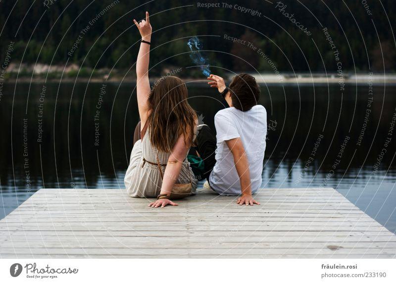 Rock am (Stau)See Rauchen Junge Frau Jugendliche Junger Mann Rücken Arme Hand 2 Mensch 18-30 Jahre Erwachsene Wasser Stausee sitzen Zusammensein Freude