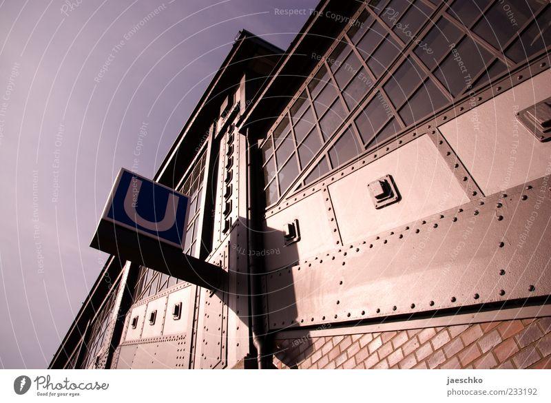 U von unten Stadt Architektur Linie Schilder & Markierungen Verkehr Schriftzeichen Hamburg bedrohlich Zeichen historisch Backstein U-Bahn Bahnhof Surrealismus Personenverkehr industriell