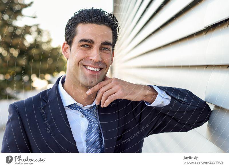 Geschäftsmann im blauen Anzug und Krawatte im urbanen Hintergrund Erfolg Arbeit & Erwerbstätigkeit Business Mensch maskulin Junger Mann Jugendliche Erwachsene 1