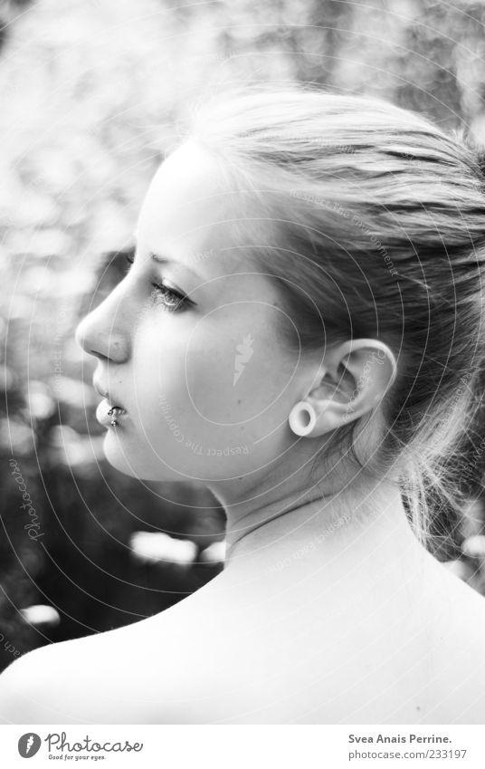 an einen anderen Ort. Mensch Jugendliche schön Baum Pflanze Gesicht Erwachsene feminin Kopf Haare & Frisuren Stil Park elegant Haut außergewöhnlich Coolness