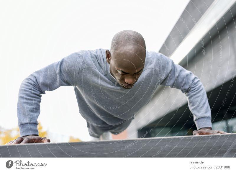 Fitness schwarzer Mann, der Liegestütze trainiert. Lifestyle Körper Sport Mensch Erwachsene Jugendliche 1 muskulös stark Kraft anstrengen Afrikanisch schieben