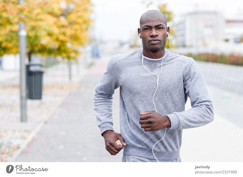 Attraktiver schwarzer Mann, der im urbanen Hintergrund läuft. Lifestyle Körper Sport Joggen Headset Mensch maskulin Erwachsene Jugendliche 1 18-30 Jahre Fitness