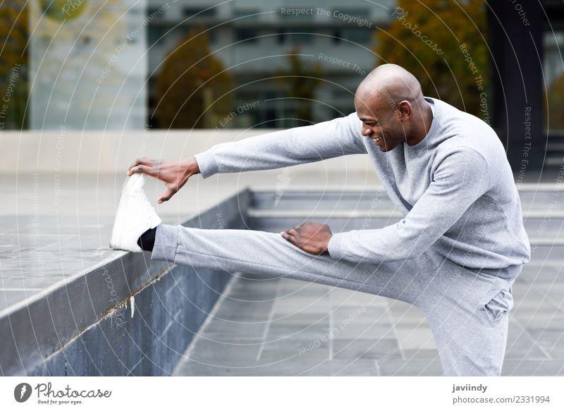 Schwarzer Mann, der sich dehnt, nachdem er im Freien gelaufen ist. Lifestyle Körper Sport Joggen Mensch maskulin Junger Mann Jugendliche Erwachsene 1