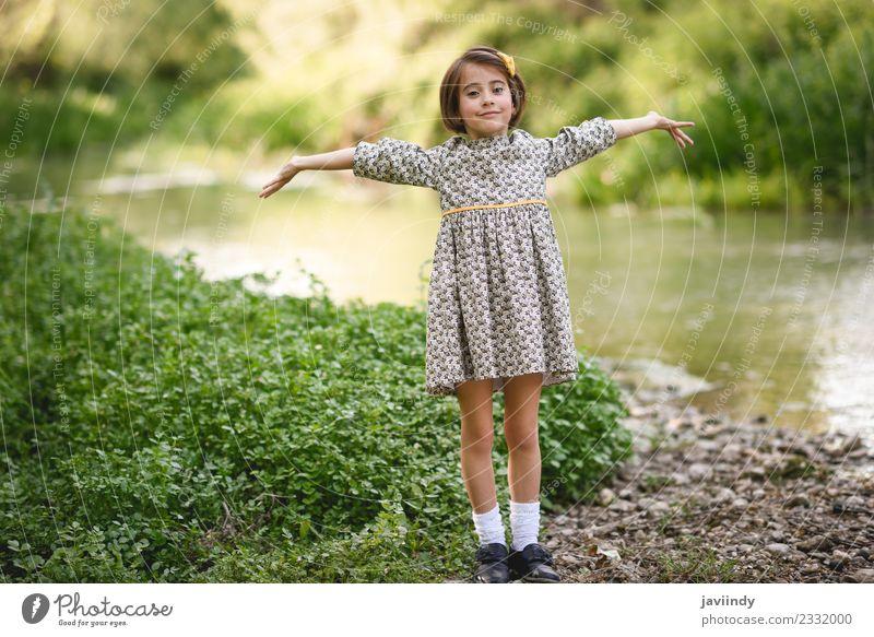 Kleines Mädchen am Bach in schönem Kleid Lifestyle Freude Glück Spielen Sommer Kind Mensch feminin Baby Frau Erwachsene Kindheit 1 3-8 Jahre Natur Blume Gras
