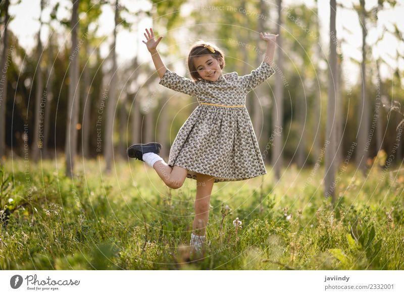 Kleines Mädchen im Naturfeld mit schönem Kleid Lifestyle Freude Glück Spielen Sommer Kind Mensch feminin Baby Frau Erwachsene Kindheit 1 3-8 Jahre Blume Gras
