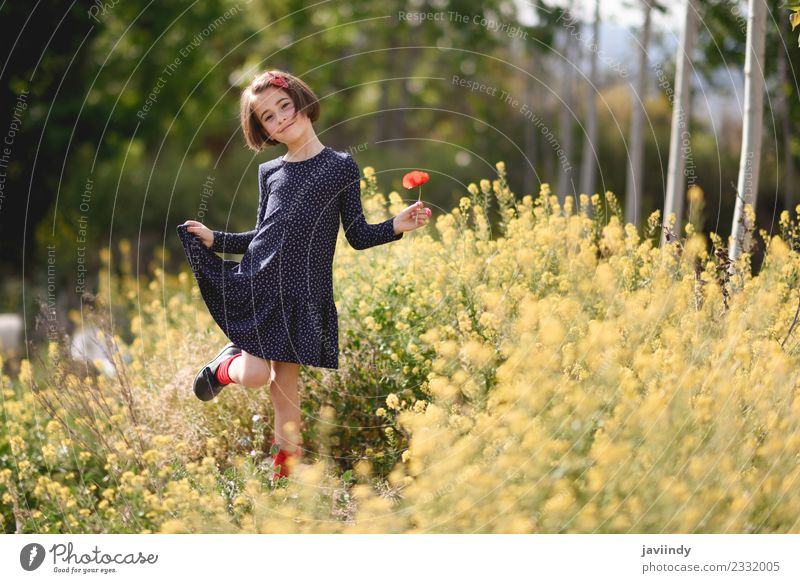 Kleines Mädchen im Naturfeld in einem Kleid mit Mohnblumen. Lifestyle Freude Glück schön Spielen Sommer Kind Mensch feminin Baby Frau Erwachsene Kindheit 1