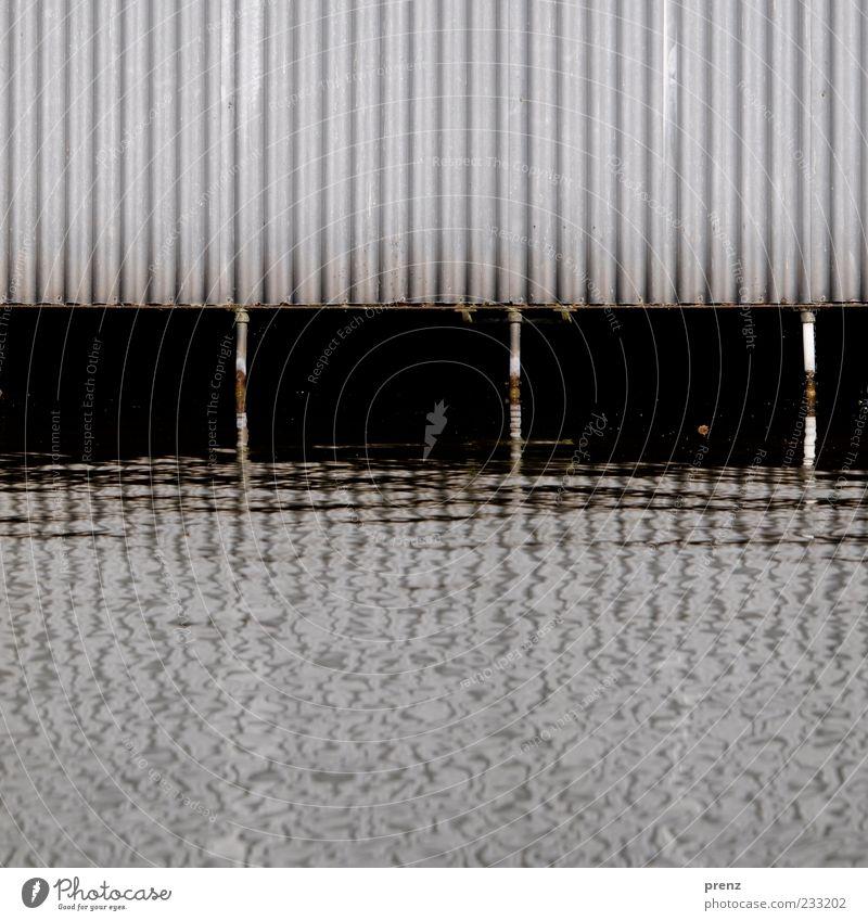 Bootshaus Wasser Flussufer Mauer Wand Fassade Metall Stahl Rost braun grau schwarz weiß Wellblech abstützen Kanal Reflexion & Spiegelung 3 vertikal Linie
