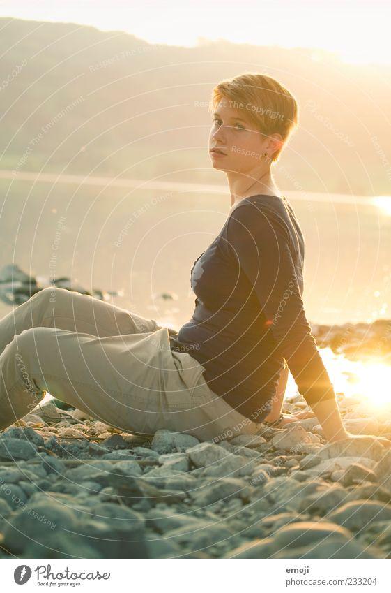 Spiegelung Mensch Himmel Jugendliche Wasser schön Sonne Erwachsene Erholung feminin Wärme Stein See träumen sitzen 18-30 Jahre einzigartig