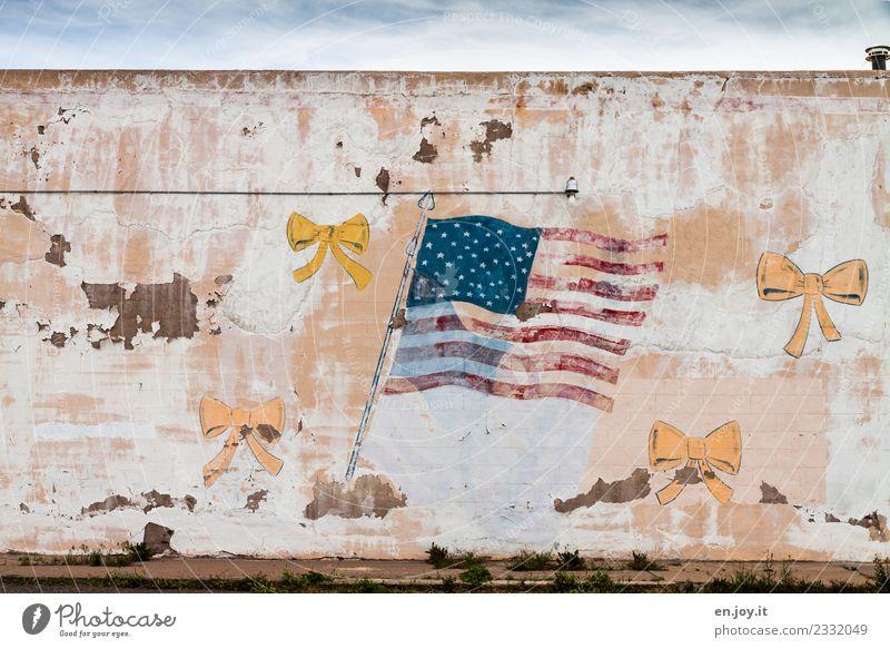 Die Fassade bröckelt Kunst Kunstwerk Gemälde USA Amerika Nordamerika Kalifornien Ruine Gebäude Mauer Wand Schleife Zeichen Graffiti Fahne Stars and Stripes alt