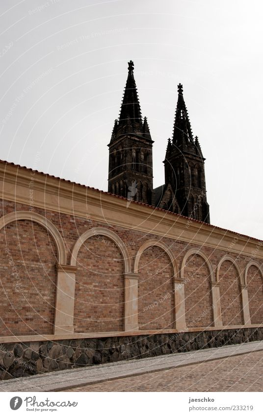 Doppelspitze Wand Architektur Religion & Glaube Mauer Kirche historisch Burg oder Schloss Wahrzeichen Dom Sehenswürdigkeit Sightseeing Gotik Festung Prag Gebäude Ferien & Urlaub & Reisen