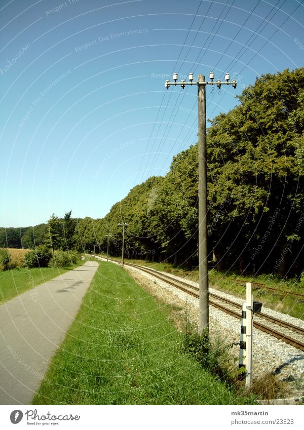 Masten Gleise Strommast Allee Fahrradweg Kleinbahn Bäderbahn Molli
