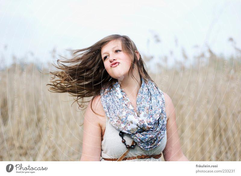 schwungvoll... Freude schön Haare & Frisuren feminin Junge Frau Jugendliche Mund 1 Mensch 18-30 Jahre Erwachsene Himmel Pflanze Schmuck Schal brünett langhaarig
