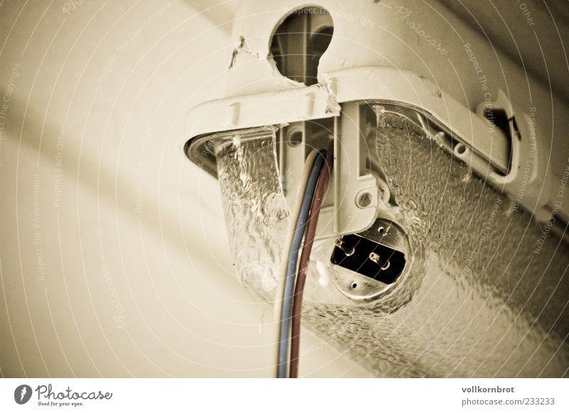 gebrochenes licht alt Lampe Elektrizität kaputt Kabel Stahlkabel Neonlicht elektrisch Installationen Elektrisches Gerät Neonlampe