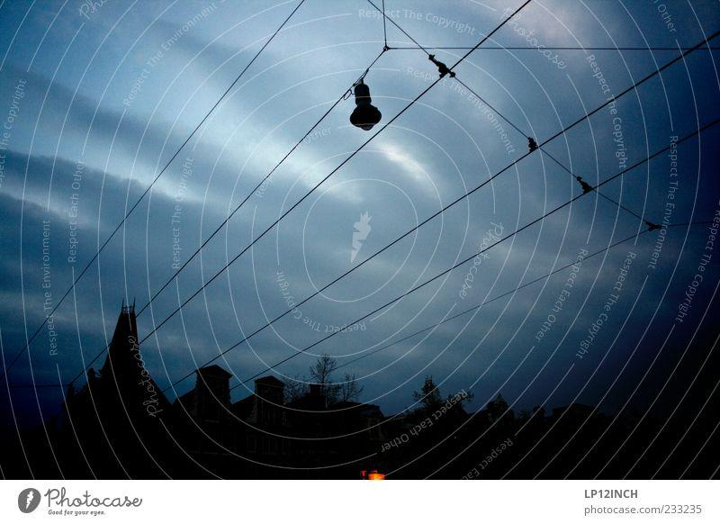 AM STER DAM II Nachtleben Kabel Himmel Wolken Amsterdam Niederlande Europa Hauptstadt Stadtzentrum Altstadt Haus Gebäude Dach Verkehr Schienenverkehr