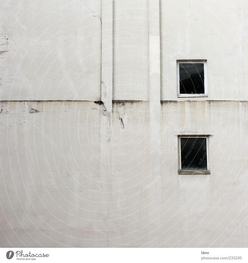 zweipluszwei alt Haus Fenster Wand Autofenster dreckig Fassade authentisch Putz Schornstein eckig