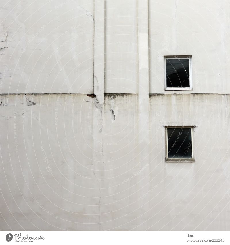 zweipluszwei alt Haus Fenster Wand Autofenster dreckig Fassade authentisch Putz Schornstein
