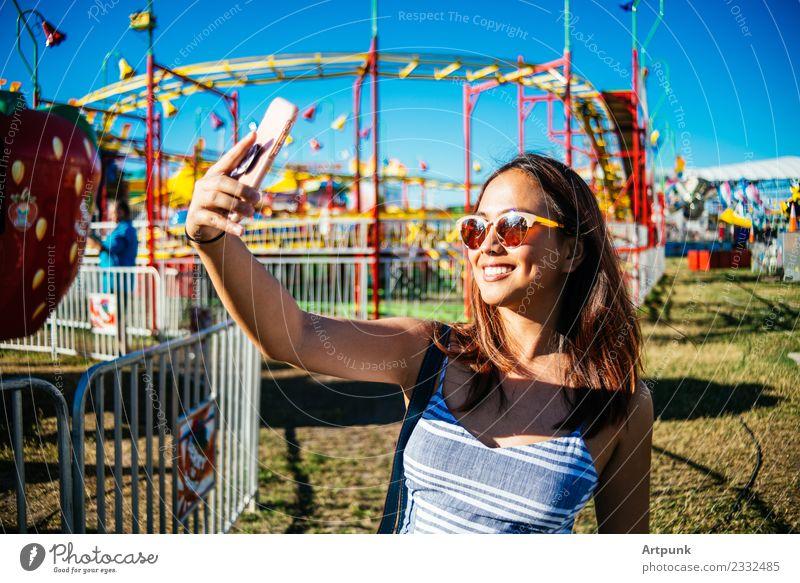 Frau Himmel blau Farbe Sonne Freude Behaarung Technik & Technologie Lächeln Kleid lang Jahrmarkt Sonnenbrille PDA Asiate