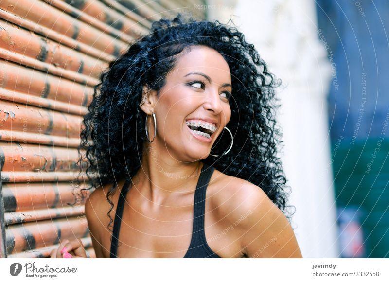 junge schwarze Frau lächelnd mit Hosenträgern Lifestyle schön Haare & Frisuren Mensch feminin Junge Frau Jugendliche Erwachsene Mund Lippen Zähne 1 18-30 Jahre