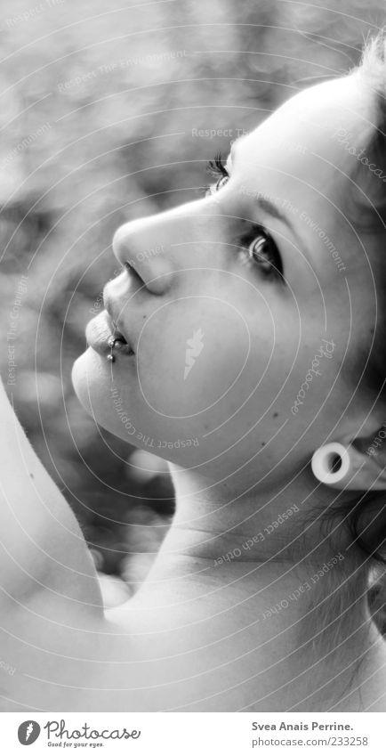 fokus. Mensch Jugendliche schön Gesicht Erwachsene feminin Haare & Frisuren Stil elegant 18-30 Jahre Junge Frau Schönes Wetter Piercing verträumt Ohrringe Frauengesicht