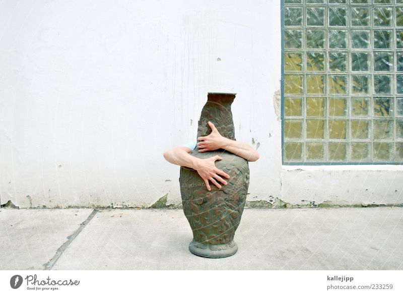 kiss me kate Mensch maskulin Arme Hand Finger 1 Umarmen Vase Krug China Porzellan Chinesisch Glasbaustein Fassade Farbfoto Außenaufnahme Licht Schatten