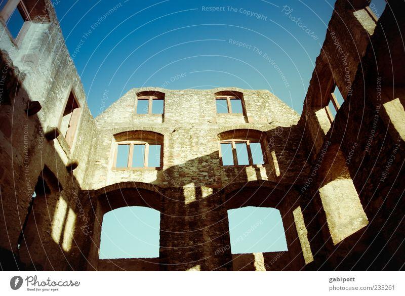 Happy Birthday altes Haus ;-) Himmel blau Fenster Wand Mauer braun gehen Fassade kaputt Wandel & Veränderung einzigartig Vergänglichkeit historisch