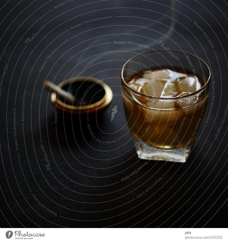alles gute jo! ich stoße auf dich an! Getränk Alkohol Whiskey Whiskeyglas Glas Zigarette Aschenbecher Eiswürfel Sucht genießen Farbfoto Innenaufnahme