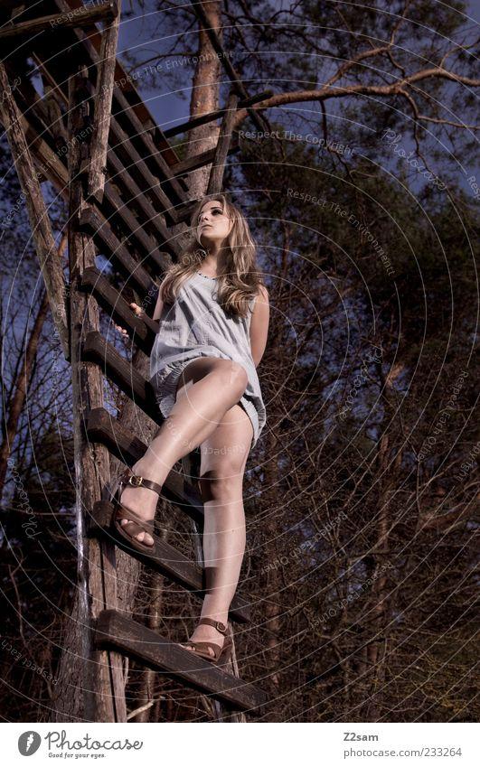 wild II Lifestyle elegant Stil feminin Junge Frau Jugendliche 1 Mensch 18-30 Jahre Erwachsene Umwelt Landschaft Baum Sträucher Wald Hochsitz Kleid