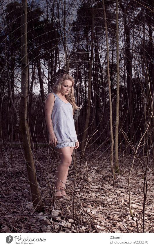 TIEF Lifestyle elegant Stil feminin Junge Frau Jugendliche 1 Mensch 18-30 Jahre Erwachsene Natur Landschaft Sträucher Blatt Wald Kleid Haare & Frisuren blond