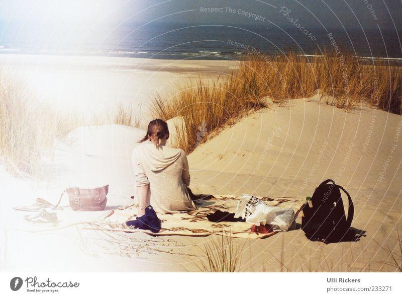 In den Dünen auf Ameland Mensch Natur Jugendliche Ferien & Urlaub & Reisen Sommer Meer Strand ruhig Erwachsene Ferne Erholung Sand Horizont Wellen Schuhe blond