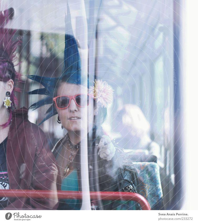 eine Bewegung in Bewegung. Mensch Jugendliche Erwachsene Haare & Frisuren wild Lifestyle Coolness Bekleidung 18-30 Jahre fahren Junge Frau trashig Sonnenbrille