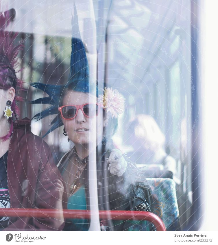 eine Bewegung in Bewegung. Mensch Jugendliche Erwachsene Haare & Frisuren wild Lifestyle Coolness Bekleidung 18-30 Jahre fahren Junge Frau trashig Sonnenbrille Punk Piercing Öffentlicher Personennahverkehr