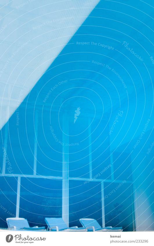 Blaue künstliche Lagune elegant Stil Erholung ruhig Spa Ferien & Urlaub & Reisen Liegestuhl Fenster blau Farbfoto Innenaufnahme Tag Reflexion & Spiegelung