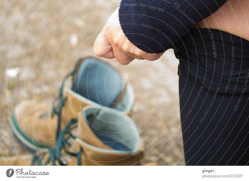 you can leave your hat on. grün Hand schwarz Beine braun Schuhe Haut stehen Boden Strumpfhose entkleiden Wanderschuhe Aktion Schuhpaar