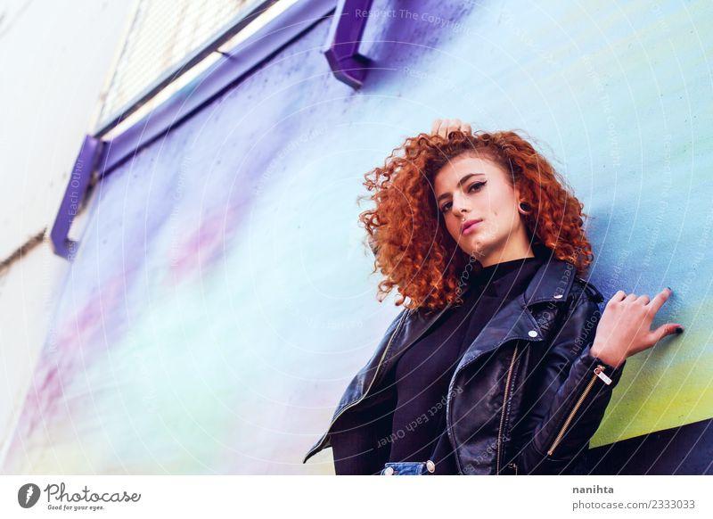 Junge rothaarige Frau an einer bunten Wand Lifestyle Stil Design schön Haare & Frisuren Mensch feminin Junge Frau Jugendliche 1 18-30 Jahre Erwachsene Kultur