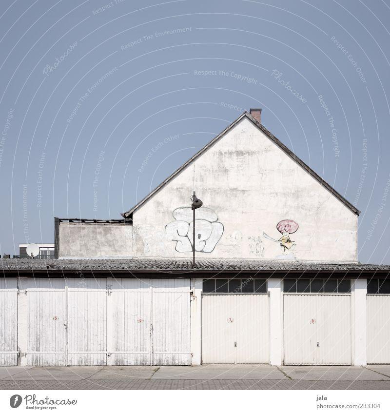 whitewall Wolkenloser Himmel Haus Bauwerk Gebäude Architektur Garage Garagentor Mauer Wand Fassade Dach Schornstein Tor Sauberkeit viele blau weiß Farbfoto