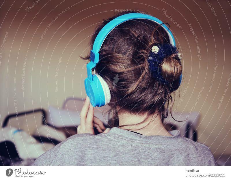 Rückansicht einer jungen Frau beim Musikhören Lifestyle Stil Haare & Frisuren harmonisch Sinnesorgane Erholung Freizeit & Hobby Häusliches Leben