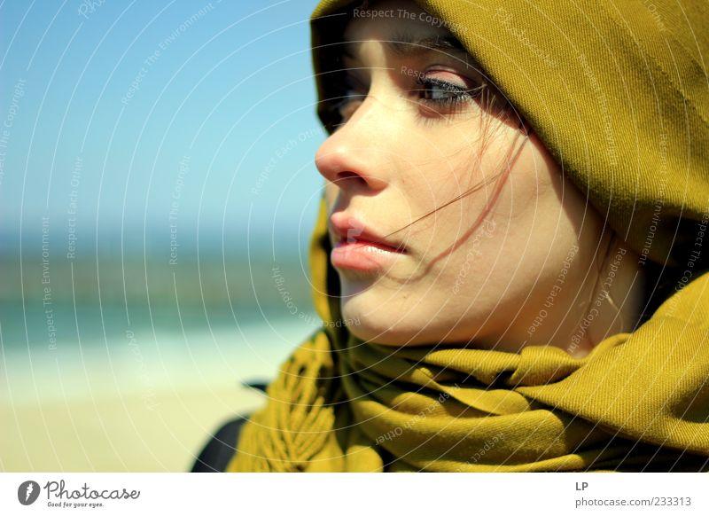 Senf-Kaschmir-Prüfung Mensch feminin Junge Frau Jugendliche Kopf Gesicht Auge Mund Lippen 1 18-30 Jahre Erwachsene Mode Schal Kopftuch Blick träumen Traurigkeit