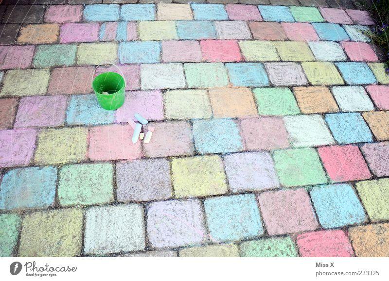 Viel Arbeit Freizeit & Hobby Spielen Kinderspiel Kunst Wege & Pfade zeichnen groß mehrfarbig Kindheit Kreide Pflastersteine Stein Bürgersteig Eimer malen