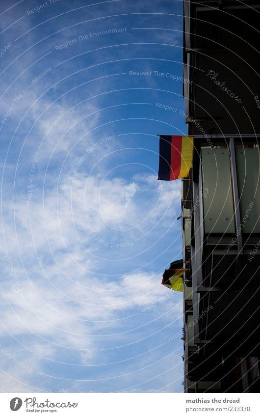 GUTEN MORGEN ... Himmel rot Sommer Wolken schwarz Haus Fenster Wand Mauer Deutschland Wind gold Fassade Fahne Schönes Wetter Deutsche Flagge