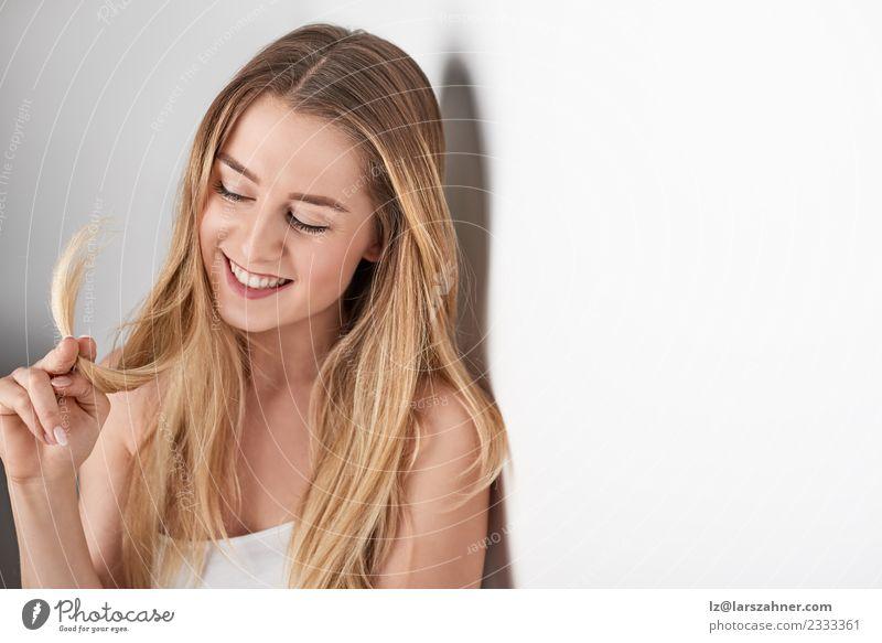 Frau Mensch Jugendliche schön 18-30 Jahre Gesicht Erwachsene Lifestyle Glück Textfreiraum glänzend blond Lächeln Fröhlichkeit Sauberkeit Beautyfotografie