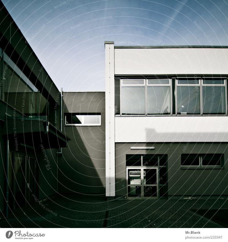 Hörsaal 7 blau weiß Haus Fenster Wand Architektur Mauer Gebäude Tür Deutschland Schönes Wetter Eingang Hof Lichteinfall Flachdach Wolkenschleier