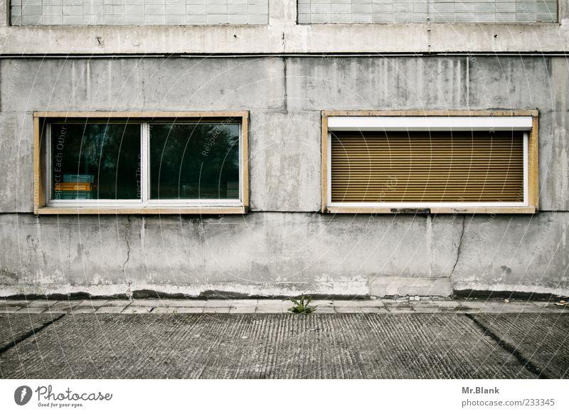 fensterwirrwarr III Fassade alt verfallen Verfall vergessen geschlossen vergangen unbrauchbar kaputt grau Fenster Reflexion & Spiegelung Rollladen Beton