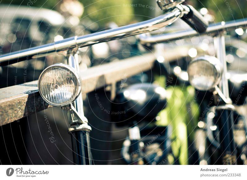 Holländer Sommer Freiheit Metall Fahrrad authentisch stehen retro Geländer parken Originalität Verkehrsmittel Fahrradklingel Fahrradlenker Unschärfe Reflexion & Spiegelung angelehnt