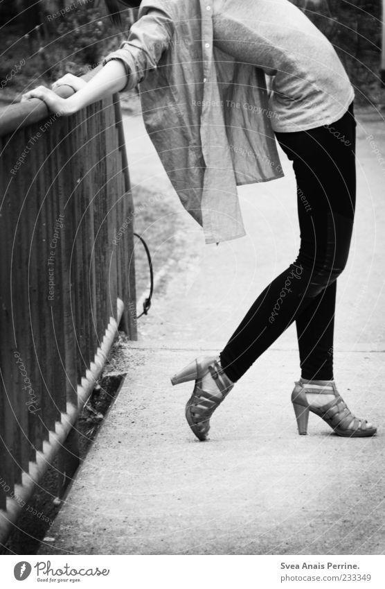 weil sie´s kann. Lifestyle elegant Stil feminin Junge Frau Jugendliche Beine Fuß 1 Mensch 18-30 Jahre Erwachsene Geländer Mode Hemd Leggings Strumpfhose