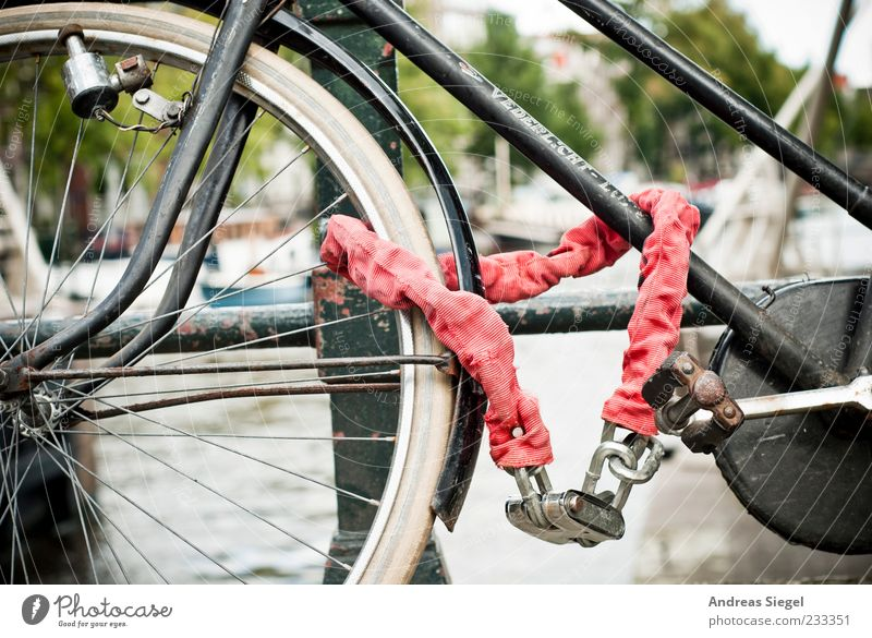 Abschlusseigenschaft Sommer Amsterdam Brückengeländer Verkehrsmittel Fahrrad Kette Schloss Metall stehen alt authentisch trist rot angeschlossen parken Farbfoto
